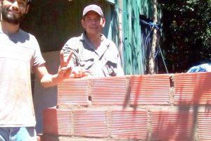 Santo Pipó: Militantes del PAyS, Evita y vecinos construyeron baño instalado a los abuelos María e Isabelino