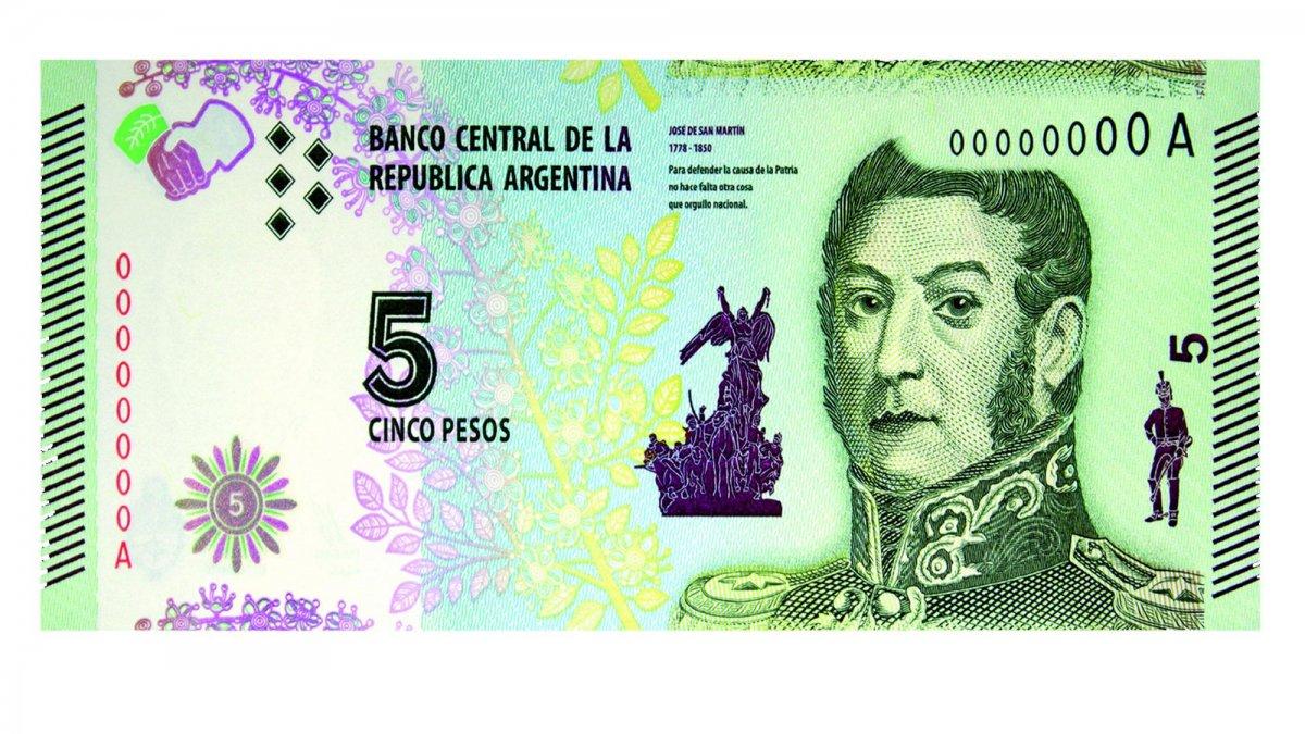 Por falta de monedas, se posterga un mes el retiro de circulación de los billetes de 5 pesos