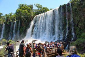 Iguazú y Ushuaia, los destinos más buscados por argentinos para el carnaval